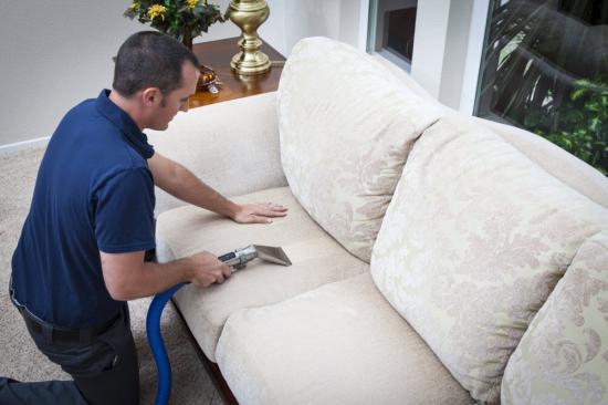 Чем очистить обивку дивана от разводов в домашних условиях